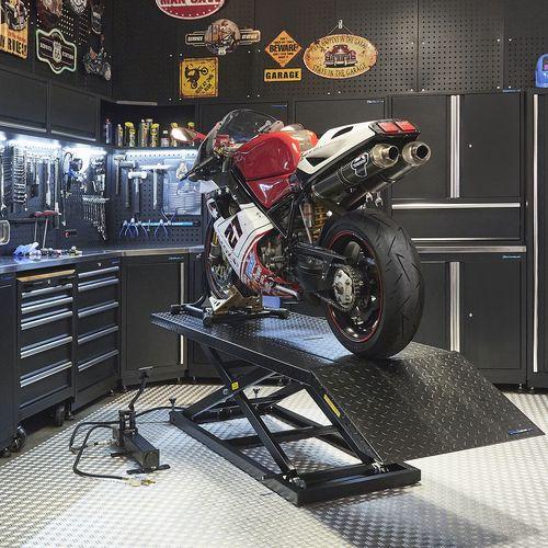 Zwarte motorheftafel 700 kg in werkplaats