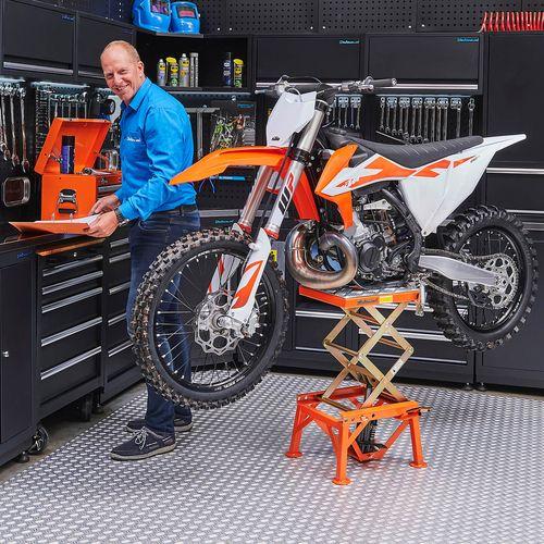 Oranje motor op crosslift met oranje gereedschapskist
