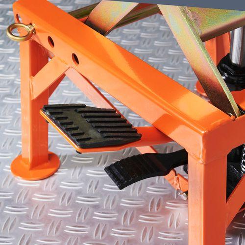 Voetpedaal met pomp op de oranje crosslift