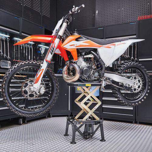 Zwarte crosslift met KTM crossmotor