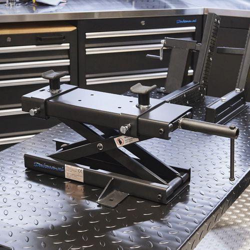 Zwarte minilift op motorheftafel