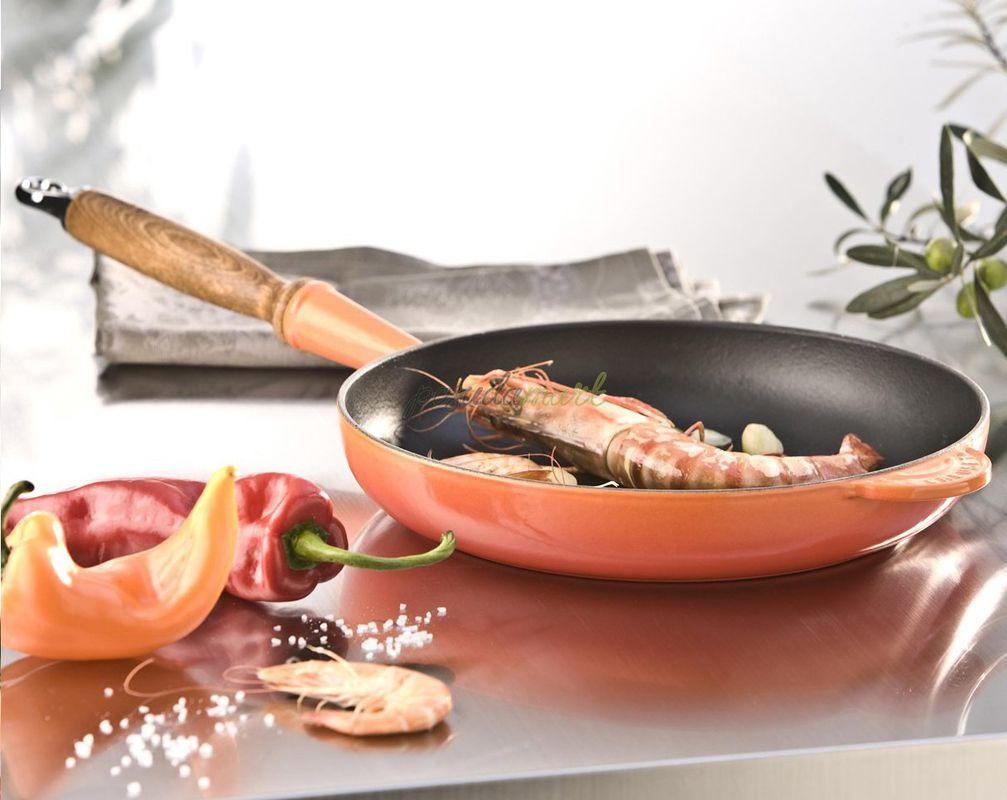 Le Creuset koekenpan Signature oranje-rood Ø 26 cm sfeer