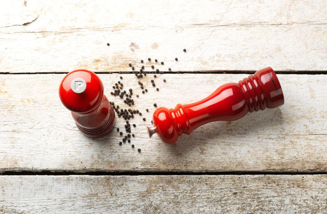 Le Creuset pepermolen kersenrood 21 cm sfeer